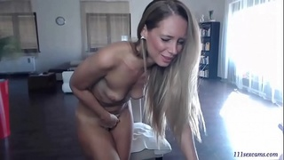 Amateur blonde MILF camgirl with vibratoy masturbated on webcam