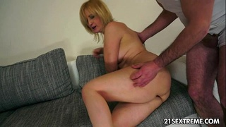 Mature Jennyfer rides a huge younger cock n enjoy an anal destruction.